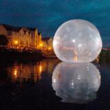 Store, gennemsigtige bobler vil flyde rundt på floden Aurajoki i Finkland 23. juli. Inde i boblerne sidder fløjtespillere og giver koncert, hvor end strømmen fører dem hen.