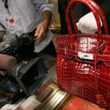 Den eftertragtede Birkin taske koster op til 200.000 kroner for udgaven i krokodilleskind.