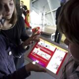 Tech-forbrugere vil kunne tilgå indhold, præcis når og hvor de ønsker. Det driver væksten i efterspørgslen på blandt andet tavlecomputere, lyder det fra IT-analysehuset Gartner. Her er det en gruppe børn i Bruxelles, der kigger på digitale tegneserier på tavlecomputere. Arkivfoto: Nicolas Maeterlinck / AFP PHOTO / Scanpix