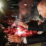 Tyrkiets præsident Erdogan vinker til sine støtter fra en balkon i AKPs hovedkvarter i Ankara.