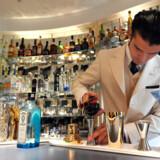 En bartender laver cocktails i American Bar på Savoy Hotel i London efter hotellets renovering, som har kostet 1.800 millioner kr.
