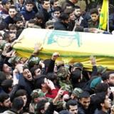Hizbollah-supportere bærer Jihad Imad Mughniyehs kiste.