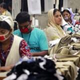 Danske virksomheder, der får produceret tøj og tekstiler i Bangladesh, skal tage mere ansvar, mener handels- og investeringsminister Pia Olsen Dyhr (SF). Fredag mødes hun med branchen.