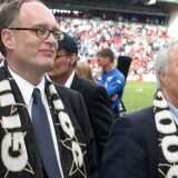Tilbage i 2006 var der stadig noget at smile af for tidligere Parken-direktør Jørgen Glistrup (tv.), der sammen med tidligere bestyrelsesformand Flemming Østergaard kunne fejre et fodboldmesterskab. Nu er de begge på anklagebænken.