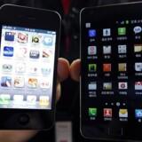Apple kræver Samsungs tidligere topmodel, Galaxy S II (til højre), forbudt i USA, fordi den ligner Apples iPhone for meget. Arkivfoto: Jo Yong-Hak, Reuters/Scanpix