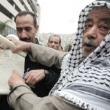 En palæstinenser i Nablus på Vestbredden viser skødet til det jord, han ejer, under mindedagen for den israelske uafhængighed, som mange israelsk-arabere og indbyggere i de besatte områder kalder Nakba - katastrofen.