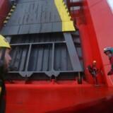 Greenpeace-aktivister er gået om bord på et skib med dieselbiler fra bilfabrikanten Volkswagen ved Themsens flodmunding.