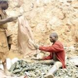 Katanga-provinsen i Den Demokratiske Republik Congo er kendt for sin store minedrif, heriblandt af mineralet kobolt, der bruges i batterier til bl.a. telefoner og tavle-PCer. Her ses arbejdere i en koboltmine i Tulwizembe. Arkivfoto: Kenny Katombe, Reuters/Scanpix
