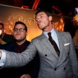 Skuespillerne Josh Gads og Luke Evans' (højre) karrakterer har et homoerotisk forhold i den nye »Skønheden og udyret«-filmatisering. Her tager de en selfie sammen til filmpremieren i Los Angeles forleden.