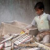 Pengene fra Operation Dagsværk går i denne omgang til aktivistskoler i Bangladesh'' hovedstad, Dhaka. Her skal udsatte unge fra slumkvarterer bliver oplært som aktivister, der kan skabe forandring i den slum, de er vokset op i.