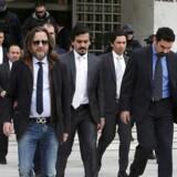 Flere af de flygtede tyrkiske officerer træder under skarp bevogtning ud af retsbygningen i Athen 23. januar.