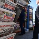 Retssag mod chefredaktør og journalister på avisen Cumhuriyet er blevet mødt med international kritik. / AFP PHOTO / OZAN KOSE