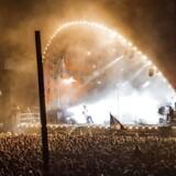 Gorillaz på Orange Scene ved Roskilde Festival, hvor et bandmedlem faldt ned fra Scenen og blev kvæstet. Her kigger Damon Albarn efter bandmedlemmet der pludselig faldt ned fra scenen. (Foto: Jens Nørgaard Larsen/Ritzau Scanpix)
