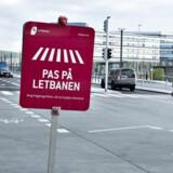 Indvielsen af Letbanen i Aarhus er blevet aflyst af Trafikstyrelsen der ikke kan godkende Letbanen, som konsekvens fyrer firmaet bag nu den ansvarlige for certificeringen af letbanen. Her ses advarselsskilte om letbanen til fodgængere på havnen. (Foto: Henning Bagger/Scanpix 2017)