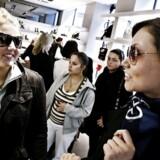 Unge køber luksusvarer og modetøj som aldrig før. Men undersøgelser viser, at teenagere har færre penge mellem hænderne. Ifølge forbrugsøkonom er det i stedet mor og far, der betaler for de dyre varer.