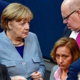 Efter et udlændingepolitisk kompromis mellem Angela Merkels CDU og socialdemokraterne er Tyskland kommet endnu et skridt nærmere en ny regering. Et flertal i Forbunsdagen stemte torsdag for at udsætte retten til familiesammenføringer for midlertidigt beskyttede med fire måneder.