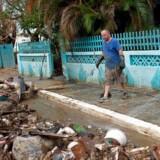 To mænd rydder op efter orkanen Maria ved deres hus i Arecibo, Puerto Rico 30. september 2017.