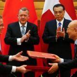 Statsminister Lars Løkke Rasmussen (V) og den kinesiske premierminister, Li Keqiang, overværer underskrivning af en række aftaler mellem danske og kinesiske myndigheder. Til venstre er det den danske miljø- og fødevareminister, Esben Lunde Larsen (V). Reuters/Thomas Peter