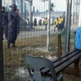 Australien erklærede den omdiskuterede flygtningelejr Manus for lukket 31. oktober. Det skete, efter at Papua Ny Guineas højesteret havde dømt lejren forfatningsstridig. Onsdag rykkede australske politistyrker ind på området.