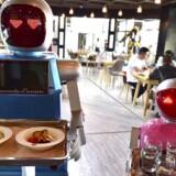 Robotparret Xiaolan og Xiaotao fungerer som tjenere på en restaurant i Jinhua i Kina.