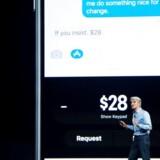 Apples softwareansvarlige, Craig Federighi, viser mandag aften, hvordan man fra efteråret - i USA - vil kunne sende penge til andre iPhone-brugere, der også bruger Apples mobilbetalingssystem, Apple Pay, her ved at skrive beløbet direkte i en SMS. Arkivfoto: Josh Edelson, AFP/Scanpix