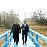 Sydkoreas præsident Moon Jae-in og Nordkoreas Kim Jong Un spadserer sammen ved våbenhvile-landsbyen Panmunjom. April 27, 2018. Korea Summit Press Pool/Pool via Reuters. (Foto: HANDOUT/Ritzau Scanpix)