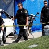 Efterforskere forlader Joseph James Deangelos garage. Han er arresteret for en stribe drab og voldtægter i Californien i USA. REUTERS/Fred Greaves