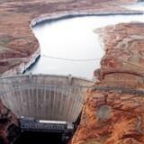 Glen Canyon-dæmningen, Arizona, holder Colorado River, som leverer vand til Nevada, Arizona og Californien, tilbage.