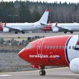 Fly fra Norwegian står linet op i Stockholms Arlanda Lufthavn.
