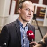 Normalt udtaler Pelle Dragsted sig skarpt og direkte. Men han har svært ved at finde ord for, at partifællen Morten Kabell tager imod ca. 500.000 kroner som eftervederlag.