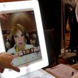 Selv om der konstant opfindes nye elektroniske dimser - her et YouCam Makeup-spejl, hvor man kan prøve forskellig makeup af på skærmen uden at skulle tage den på selv -, er det stadig de velkendte produkter som smartphones, TV-apparater og PCer, der sikrer udsigten til et rekordår for elektroniksalget i USA. Foto: Rick Wilking, Reuters/Scanpix