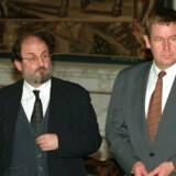 Arkivbillede: Salman Rushdie kom efter lang tids tovtrækkeri til Danmark i 1996 for at modtage EUs Aristeion-Prisen på Kunsmuseet Arken i Ishøj. Her ses forfatteren med statsminister Poul Nyup Rasmussen ved et pressemøde i forbindelse med overrækkelsen.