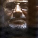 Egyptens tidligere præsident Mohamed Mursi sidder anklaget ved retten i Kairo. Reuters/Amr Abdallah Dalsh