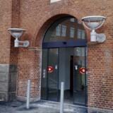 Fire personer er sigtet ved retten i Næstved for et meget groft og potentielt livsfarligt overfald sidst i juli.