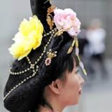 En ung kvinde i traditionel kinesisk dragt reklamerer for dansetruppen Shen Yuns forestilling. Shen Yun er tilknyttet den 5000 år gamle bevægelse, Falun Gong, som er forbudt i Kina. Arkivfoto.