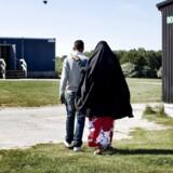 I blot hver tredje sag tildes der asyl, viser nye tal fra Udlændingstyrelsen for årets første fem måneder. Den såkaldte anerkendelsesprocent er halveret fra 72 pct. i 2016 til 35 pct. i år. Samtidig fylder personer fra Afghanistan, Iran og Irak mere i det samlede antal afgørelser. Her ses et arkivfoto fra asylcenter i Sandholmlejren.