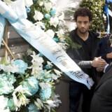 Lazios præsident Claudio Lotito lægger blomster ved en synagoge i Rom efter at fans af klubben har gjort nar af jøden Anna Frank, der blev myrdet af nazister under Holocausten i anden verdenskrig.