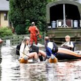 ARKIVFOTO FRA 2007: Borgere hjælpes efter kraftigt regnvejr i Greve. Byen er blevet ramt af oversvømmelser flere gange inden for de seneste år.