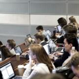 Kvindelige studerende har angiveligt sværere ved at præstere under tidspres til eksamen end deres mandlige medstuderende, lyder det nu fra et stort universitet.