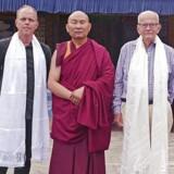 To generationer Haslund-Christensen besøgte på den allersidste tur til Centralasien en af deres gode venner, en mongolsk munk, Michael til venstre, Søren til højre. Foto: Haslund Film