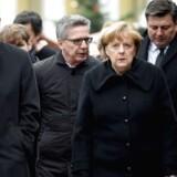 Kansler Angela Merkel, Berlin's borgmester Michael Mueller and den tyske indenrigsminister Thomas de Maiziere ankommer til julemarkedet, hvor en lanstvogn dræbte 12 og sårede omkring 50 i et terrorangreb.