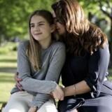 Victoria er bange for terror og har på den baggrund gået til psykolog. Her er hun sammen med sin mor, Rikke Sonne.