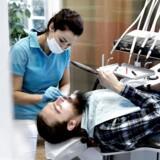 ARKIVFOTO. Mange unge dropper at gå til tandlægen, fordi de frygter en dyr regning.