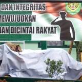 Før nedrivningen af den formastelige tiger-statue med det fjogede grin dækkede militæret den til, så ingen kunne more sig over maskotten, der stod foran basen ved Bandung. På skiltet i baggrunden kan man ane militærenhedens logo.