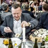 Statsminister Lars Løkke Rasmussen er søndag d. 22. januar 2017 til nytårstorsk i Thyborøn i forbindelse med den årlige indsamling for LøkkeFonden, der hjælper drenge, der har svært ved at finde deres plads i samfundet. Til højre ses fiskeskipper John Anker Hametner fra Thyborøn.