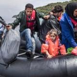 Arkivfoto: Allerede før den første flygtning er sendt retur til Tyrkiet, er EUs to uger gamle aftale med Tyrkiet i strid modvind. Her er det afghanske flygtninge, som kommer i land på den Græske ferie ø Lesbos, efter at være sejlet over fra Tyrkiet i en gummibåd med knap 50 mennesker om bord.