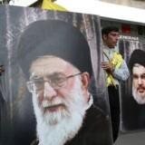 Iran har stor og stigende indflydelse i Mellemøsten, bl.a. her i Libanon, hvor store billeder af Irans øverste leder, Ayatollah Ali Khamenei (plakat tv.) side om side med lederen af Hizbollah, Hasan Nasrallah (plakat th.) ikke er usædvanlige.