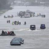 Beboere i Houston venter på at blive reddet fra den tropiske storm Harvey, som har skabt massive oversvømmelser i sydstaten.