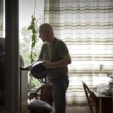 Lars er krigsveteran og diagnosticeret med svær PTSD. Mens kommunen har tilkendt ham en fuld førtidspension, må han kæmpe for at få anerkendt en méngrad på mere end fem procent samt at få erstatning for erhvervsevnetab ved Arbejdsskadestyrelsen, der for nylig skiftede navn til Arbejdsmarkedets Erhvervssikring.