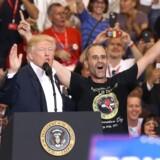 Donald Trump introducerer en af sine støtter, Gene Huber, til vælgerstævnet i Florida. Gene Huber holdt en tale for præsidenten. Joe Raedle/Getty Images/AFP == FOR NEWSPAPERS, INTERNET, TELCOS & TELEVISION USE ONLY ==